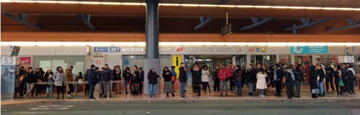 Largas colas de viajeros esperan el autobús en Plaza de Castilla.