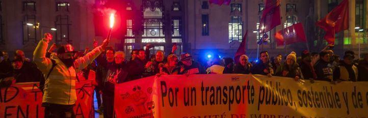 Más de 4.000 trabajadores de la EMT cortan la Gran Vía para exigir a Almeida 'sentarse a negociar'
