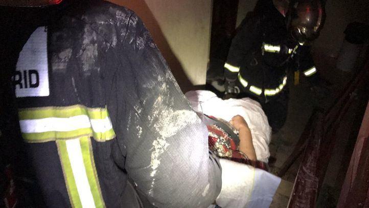Un aparatoso incendio en Torrejón deja cinco intoxicados por humo