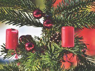 Velas en un árbol de Navidad