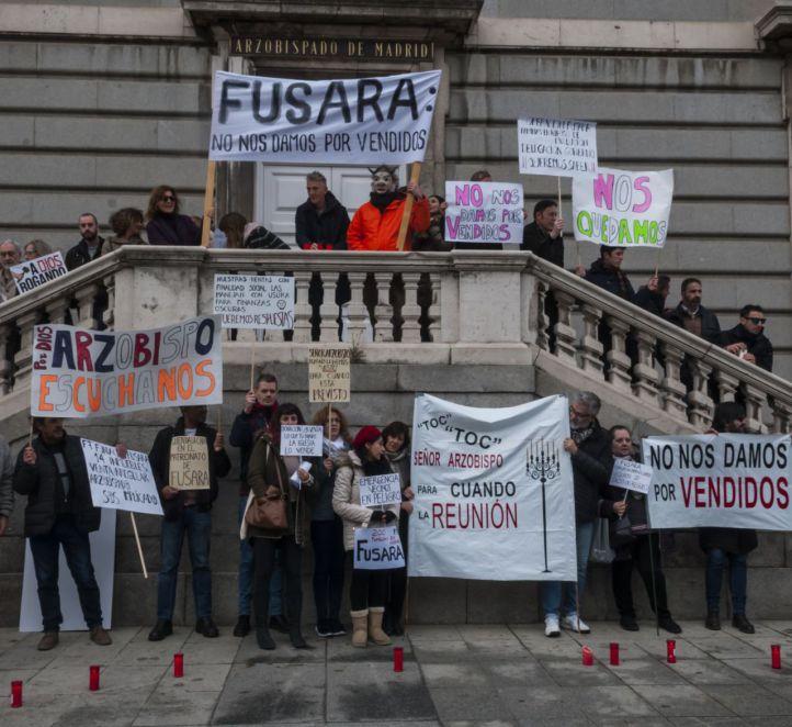Los afectados por la venta de viviendas de Fusara a sociedades mercantiles protestan ante el Arzobispado