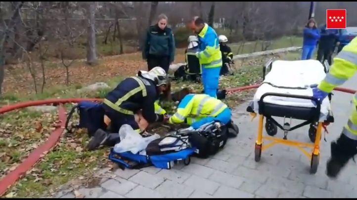Los Bomberos rescatan a un perro atrapado en un incendio en Alameda del Valle