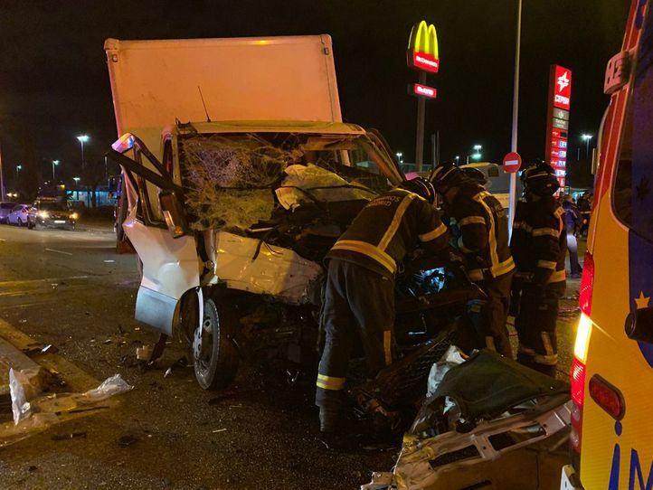 Seis heridos tras la colisión entre un bus y una furgoneta en la Avenida de los Poblados