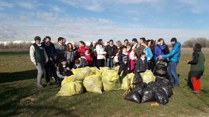Trabajadores de Clece y Talher participan en una recogida de residuos en el Caserío de Henares.