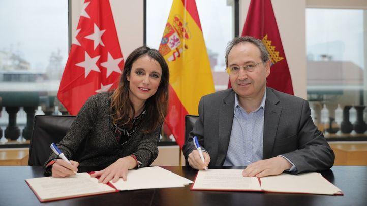 La delegada del área de Cuiltura, Andrea Levy, y el presidente Asociación de Productores y Teatros de Madrid, Jesús Cimarro, tras la firma de un acuerdo para extender el bono cultural para jóvenes (JOBO) a teatros privados.