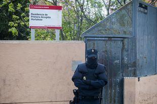 Un policía, a las puertas del centro de Menores no Acompañados de Hortaleza.