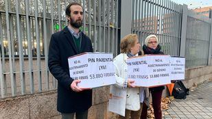 Hazte Oír entrega en la Asamblea 54.000 firmas para que se implante el Pin Parental