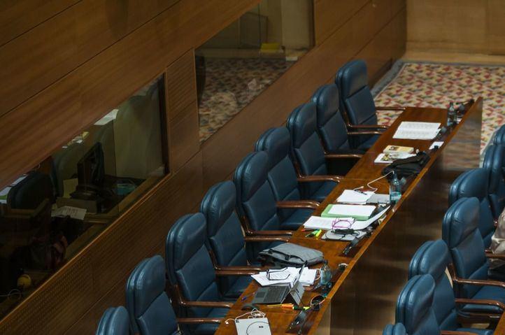 Los diputados de Vox abandonan el Pleno como queja hacia Juan Trinidad