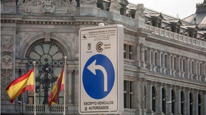 Cartel con señal de tráfico para entrar a Madrid Central