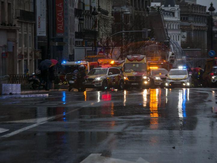 Una mujer, en estado crítico tras desprenderse una cornisa en la calle Alcalá