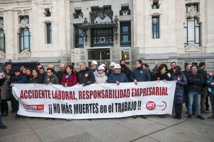 CCOO y UGT protestan frente al Ayuntamiento por los accidentes laborales