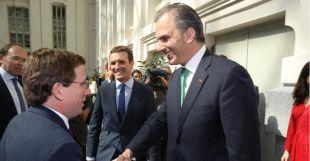 Javier Ortega Smith felicita a José Luis Martínez-Almeida tras ser investido alcalde [Foto de archivo].