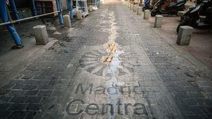 Señales pintadas en el suelo en la entrada de Madrid Central.