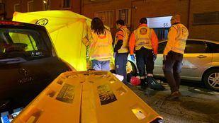 Los servicios de emergencias intentan mantener con vida al herido por arma blanca