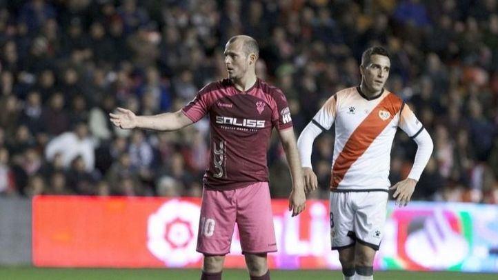 Los cánticos a Zozulia obligan a jugar a puerta cerrada el Rayo-Albacete
