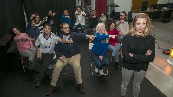 El equipo de actores y participantes de 'También Estás Aquí' señalando a Paloma de Pablo, directora y creativa