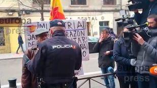 Un hombre protesta frente a Ferraz por el pacto del PSOE con ERC.
