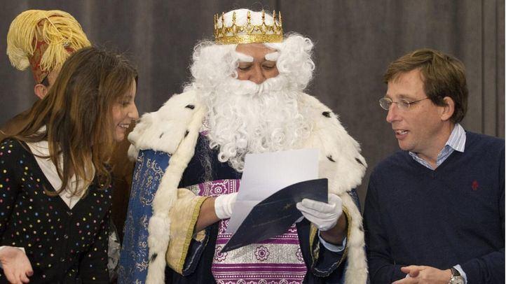 Andrea Levy y José Luis Martínez-Almeida, con Melchor.