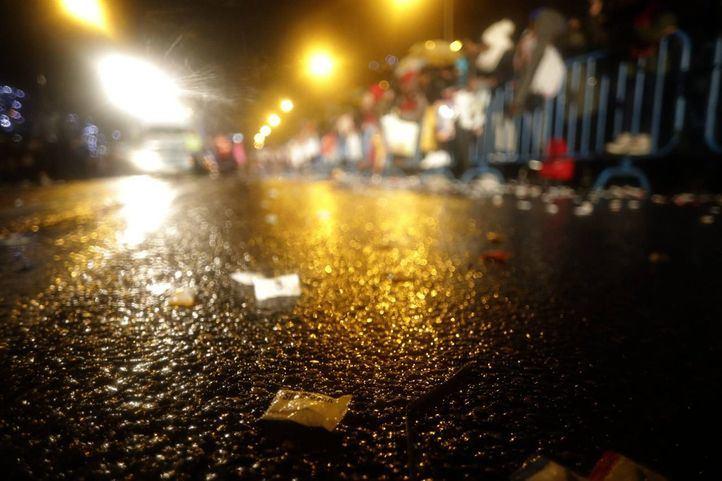 Un caramelo en el suelo tras el paso de la Cabalgata de Reyes.