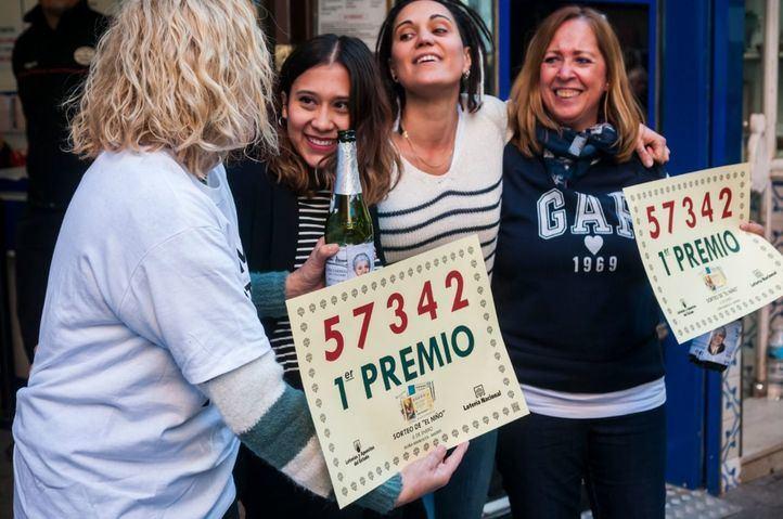Los trabajadores de Doña Manolita celebran que han dado parte del 'Gordo' del Sorteo de 'El Niño'.
