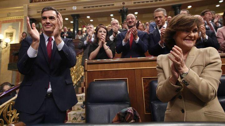 La bancada socialista aplaude a Sánchez tras ser investido.