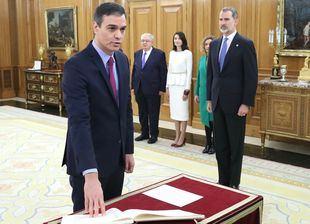 Sánchez promete su cargo como presidente entre bromas con el Rey