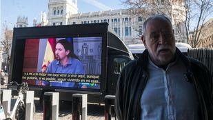 La 'hemeroteca rodante' que recorre Madrid contra Pedro Sanchez y sus socios de Gobierno