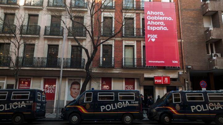 Furgones de la Policía Nacional, a las puertas de la sede del PSOE.