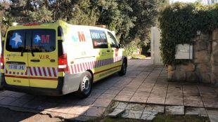 Una ambulancia del SUMMA 112 a las puertas del chalet de Villaviciosa de Odón en el que un hombre ha resultado herido de gravedad tras ser apuñalado.