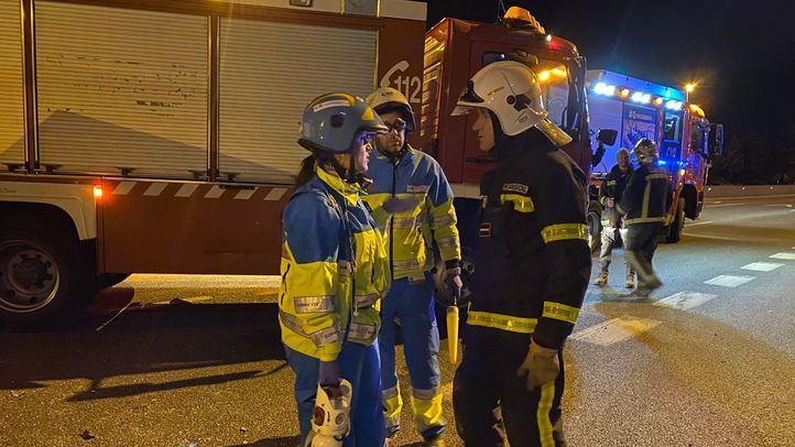 La carga del camión cayó sobre dos coches, hiriendo a tres personas