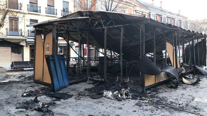 La actuación de los bomberos ha impedido que se quemasen más casetas