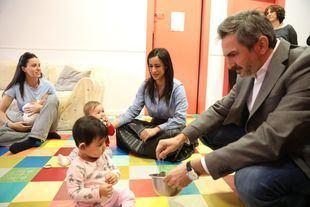 La vicealcaldesa Begoña Villacís y el delegado de Familias, Igualdad y Bienestar Social, Pepe Aniorte, visitan una escuela infantil.