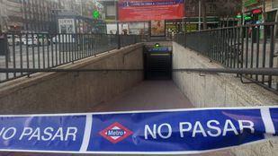 Acceso a la estación de Metro de Diego de León, cerrado por las obras en la Línea 4 .