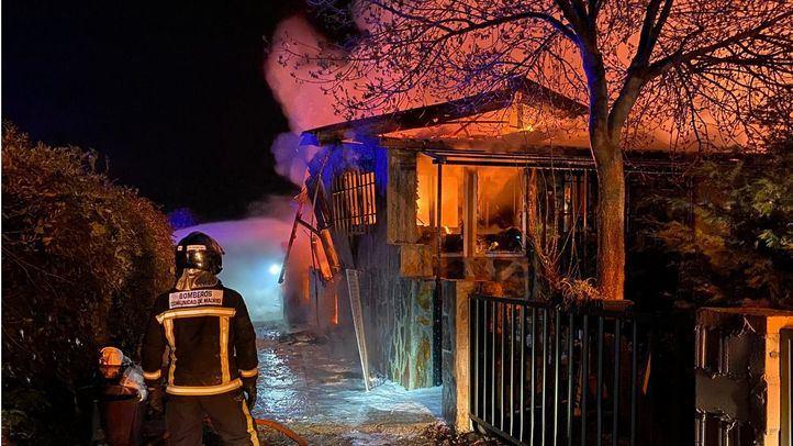 Un virulento incendio calcina por completo un chalet en El Molar