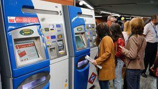 Usuarios de Metro recargan la tarjeta de transporte.