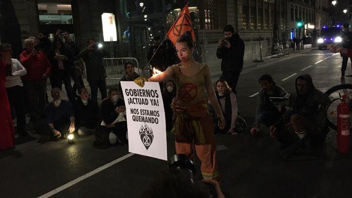 Activistas de Extinction Rebellion cortan la calle Alcalá exigiendo