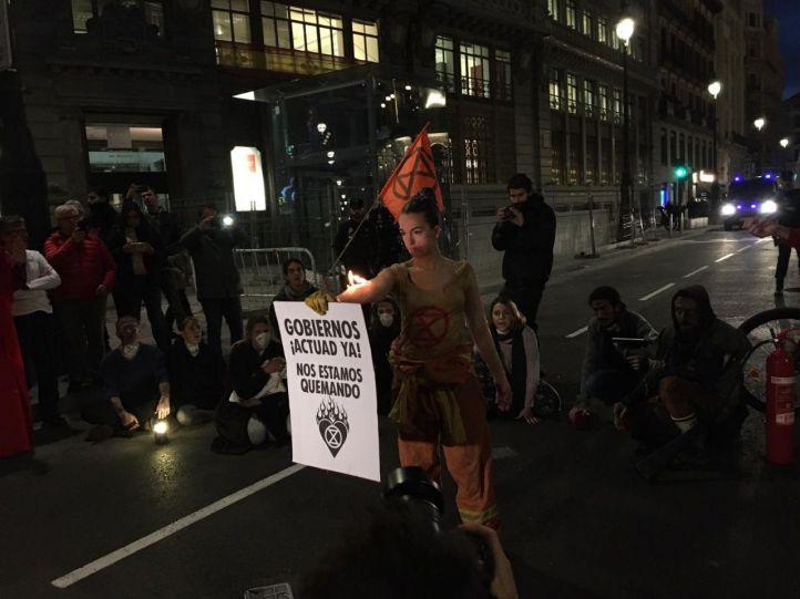 Activistas de Extinction Rebellion cortan la calle Alcalá exigiendo 'justicia climática'