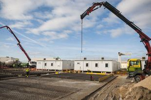 Módulos prefabricados instalados en Vallecas que servirán para acoger a solicitantes de asilo.