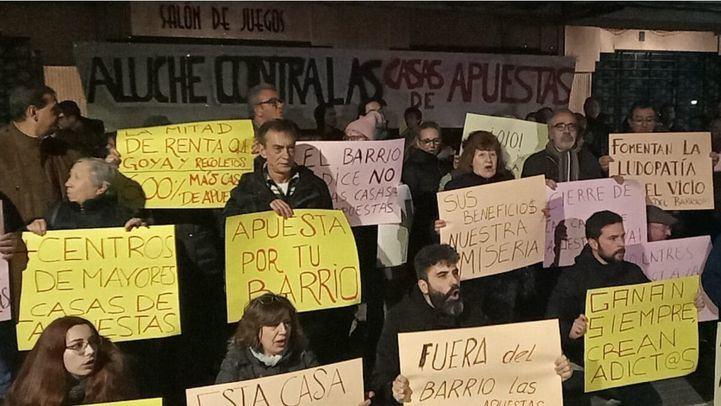 Vecinos del barrio de Aluche sujetan carteles contra las casas de apuestas