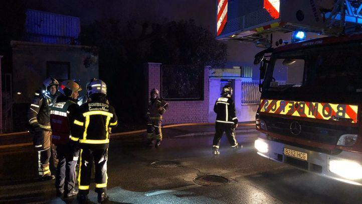 Una decena de dotaciones de Bomberos controla un incendio en una nave de Leganés