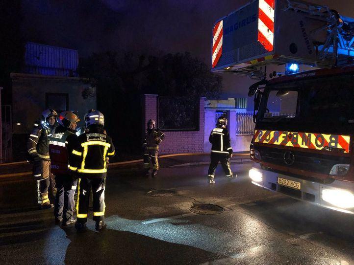 Diez dotaciones de bomberos de diferentes administraciones han hecho falta para controlar el incendio