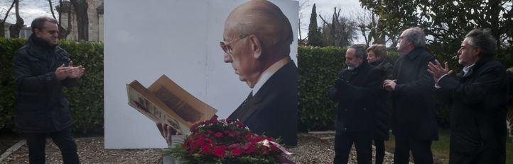 Los socialistas madrileños homenajean a Tierno Galván en el aniversario de su fallecimiento