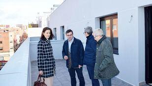 El concejal delegado del Área de Vivienda del Ayuntamiento de Madrid, Álvaro González, visita la promoción de viviendas de la EMVS en Vallecas que ya se han entregado a sus beneficiarios
