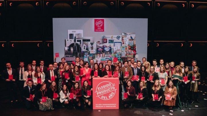 Foto de familia de los galardonados por   con el Producto del Año.