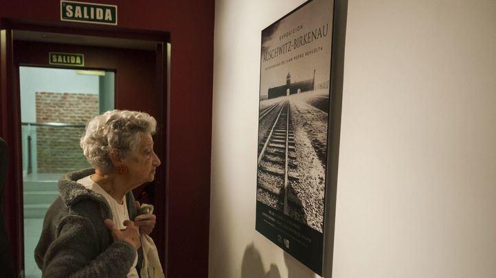Annette Cabelli, superviviente de Auschwitz, frente al cartel de la exposición.