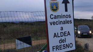 Navas del Rey y Aldea del Fresno confrontan al banco Santander por 'okupar' un camino vecinal