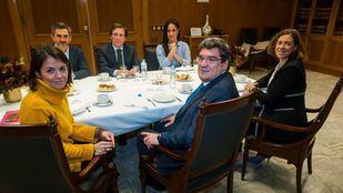 El alcalde de Madrid, José Luis Martínez-Almeida, junto a la vicealcaldesa, Begoña Villacís, se reúnen con el ministro de Seguridad Social, Inclusión y Migraciones, José Luis Escrivá, para abordar el problema de la llegada de solicitantes de asilo a Madrid.