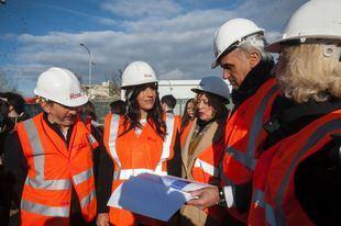 Pepe Aniorte, Begoña Villacís y Paloma García Romero, en la visita al Centro Temporal de Acogida de Vallecas.