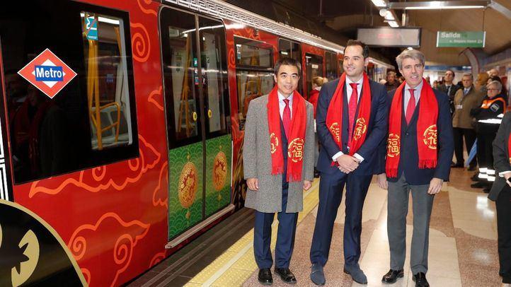 El vicepresidente de la Comunidad, Ignacio Aguado, y el consejero de Transportes, Movilidad e Infraestructuras, Ángel Garrido, junto a representantes de la Embajada de la República Popular China, en el Metro de Madrid.