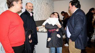 El alcalde de Boadilla del Monte charlando con vecinos.